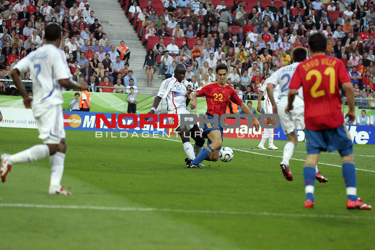 FIFA WM 2006 -  Round of Sixteen - / Achtelfinale<br /> Play    #56  (27-Jun) - Spanien - Frankreich<br /> <br /> Pablo Ibanez wird von Lilian Thuram im Strafraum von hinten an der Ferse getroffen, Elfmeter<br /> <br /> Foto &copy; nordphoto