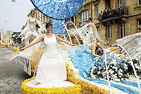 Switzerland. Canton of Neuchâtel. Neuchâtel. Grape Harvest Festival. The flower parade (corso) with its creative vehicles. Women dancing on a cart.  © 2006 Didier Ruef