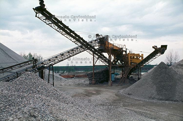 San Benedetto Po, cava di sabbia e ghiaia sul fiume Po.<br /> San Benedetto Po, sand and gravel quarry on the river Po.