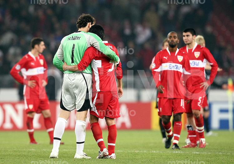 Fussball International Championas League 07/08  VfB Stuttgart 0-2 Olympique Lyon Enttaeuschung VfB; Torwart Raphael Schaefer (li) umarmt Ricardo Osorio