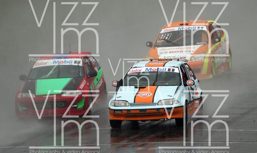TOCANCIPA-COLOMBIA, 6-DICiEMBRE-2014. Camilo Puyo y Jorge Puyo (Der)   , Class  ST 1 Superturismos  0 a 1.600 cc,  Auto swift  GTI , Patrocinadores Pulsar - Gulf  durante  las Seis Horas Motor-Mobil 1 que se disputo en el Autodromo de Tocancipa con la participacion de mas de 50  pilotos . / Pilots Camilo Puyo y Jorge Puyo  ( R) , Class  ST 1 Superturismos  0 to 1.600 cc , Auto swift  GTI , Sponsors  Pulsar - Gulf Las Seis  Horas Motor-Mobil 1 that disputed in the  Tocancipa autodromo with the participation of over 50 pilots.Photo / VizzorImage / Felipe Caicedo  / Staff
