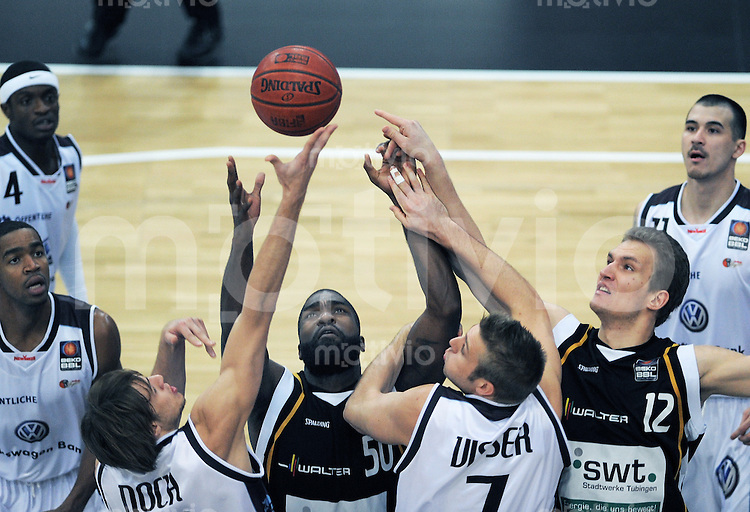 Basketball   1. Bundesliga 2010/2011  27.11.2010 Walter Tigers Tuebingen - New Yorker Phantoms Braunschweig Anatoly Kashirov (re, Tigers) und Kenneth Williams (mitte,Tigers)  gegenPhilip Noch (li, Phantoms) und Kyle Visser (2.v.re, Phantoms)