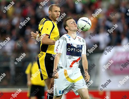 2007-09-01 / Voetbal / SK Lierse - OH Leuven / Stijn Francis (OHL) met Bob Peeters in de rug.