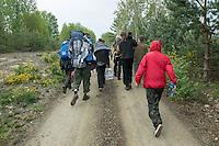 """Klimacamp """"Ende Gelaende"""" bei Elsterheide in der brandenburgischen Lausitz.<br /> Mehrere tausend Klimaaktivisten  aus Europa wollen zwischen dem 13. Mai und dem 16. Mai 2016 mit Aktionen den Braunkohletagebau blockieren um gegen die Nutzung fossiler Energie zu protestieren.<br /> Im Bild: Klimaaktivsten aus Schweden, Oesterreich, Finnland, und Deutschland wollen versuchen die Gleise einer Kohletransportstrecke zu blockieren. Sie haben dafuer Vorrichtungen zum anketten dabei und wollen sie unter einer Schiene anbringen.<br /> 13.5.2016, Elsterheide/Brandenburg<br /> Copyright: Christian-Ditsch.de<br /> [Inhaltsveraendernde Manipulation des Fotos nur nach ausdruecklicher Genehmigung des Fotografen. Vereinbarungen ueber Abtretung von Persoenlichkeitsrechten/Model Release der abgebildeten Person/Personen liegen nicht vor. NO MODEL RELEASE! Nur fuer Redaktionelle Zwecke. Don't publish without copyright Christian-Ditsch.de, Veroeffentlichung nur mit Fotografennennung, sowie gegen Honorar, MwSt. und Beleg. Konto: I N G - D i B a, IBAN DE58500105175400192269, BIC INGDDEFFXXX, Kontakt: post@christian-ditsch.de<br /> Bei der Bearbeitung der Dateiinformationen darf die Urheberkennzeichnung in den EXIF- und  IPTC-Daten nicht entfernt werden, diese sind in digitalen Medien nach §95c UrhG rechtlich geschuetzt. Der Urhebervermerk wird gemaess §13 UrhG verlangt.]"""