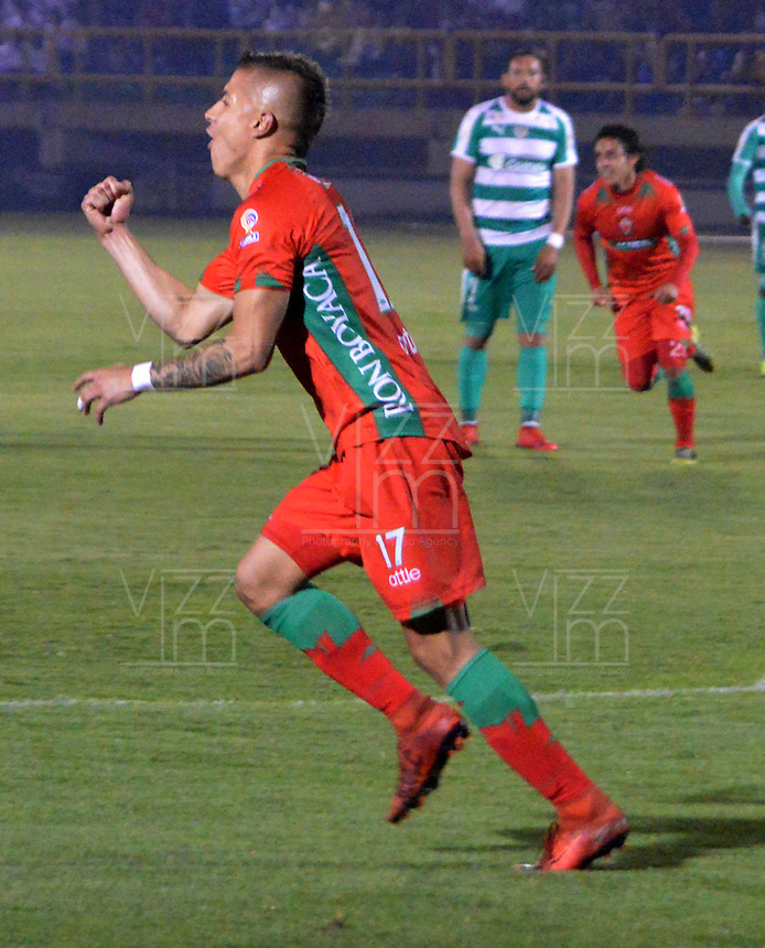 TUNJA-COLOMBIA, 25-03-2019: Jhon Fredy Salazar, de Patriotas Boyacá, corre a celebrar el gol segundo anotado a La Equidad, durante partido Patriotas Boyacá y La Equidad, de la fecha 11 por la Liga de Águila I 2019 en el estadio La Independencia en la ciudad de Tunja. / Jhon Fredy Salazar, of Patriotas Boyaca, runs to celebrate the second scored goal to La Equidad, during a match between Patriotas Boyaca and La Equidad, of the date 11th for the  Aguila Leguaje I 2019 at La Independencia stadium in Tunja city. Photo: VizzorImage / José Miguel Palencia / Cont.