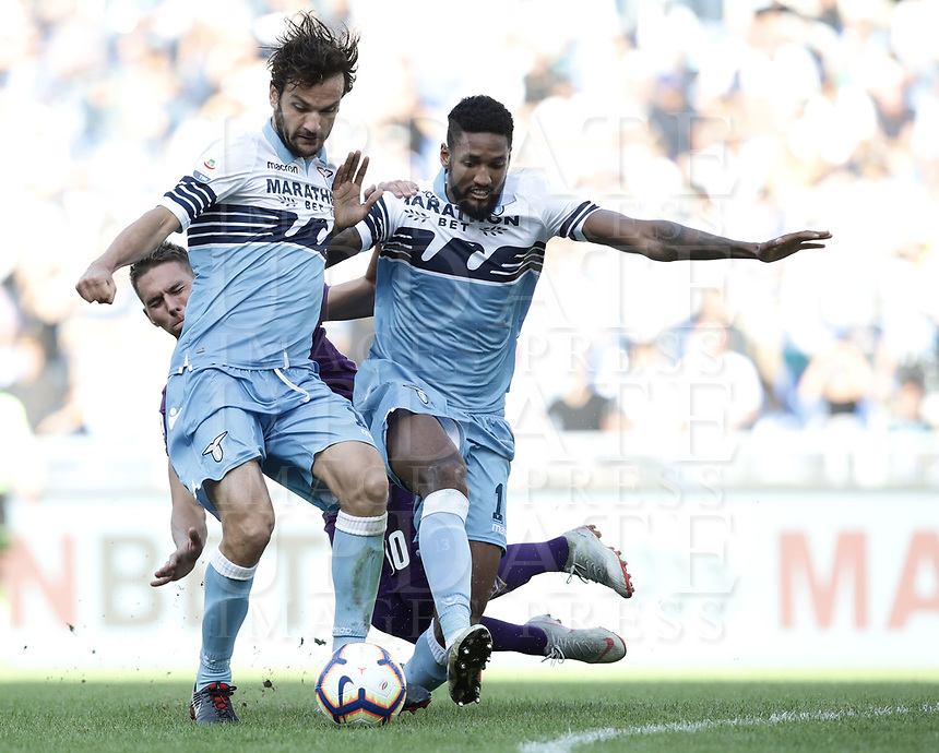 Football, Serie A: S.S. Lazio - Fiorentina, Olympic stadium, Rome, 7 ottobre 2018. <br /> Lazio's Marco Parolo (l) and Fortuna Wallace (r)  in action with Fiorentina's Marko Pjaca (behind) during the Italian Serie A football match between S.S. Lazio and Fiorentina at Rome's Olympic stadium, Rome on October 7, 2018.<br /> UPDATE IMAGES PRESS/Isabella Bonotto