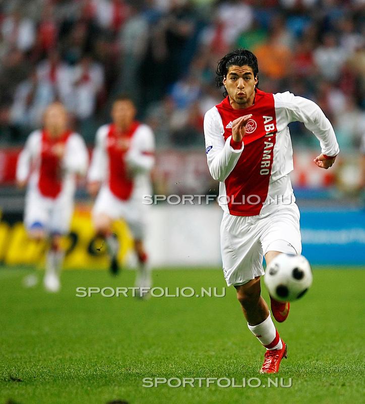 Nederland, Asterdam, 5 mei 2008.Seizoen 2007-2008.Eredivisie Play-offs.Ajax -Heerenveen (3-1).Luis Suarez van Ajax in actie met de bal