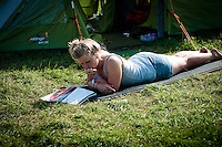 There is alot of things to do in the spare time, some read magazines. Daylife.  Photo: Audun Ingebrigtsen / Scouterna