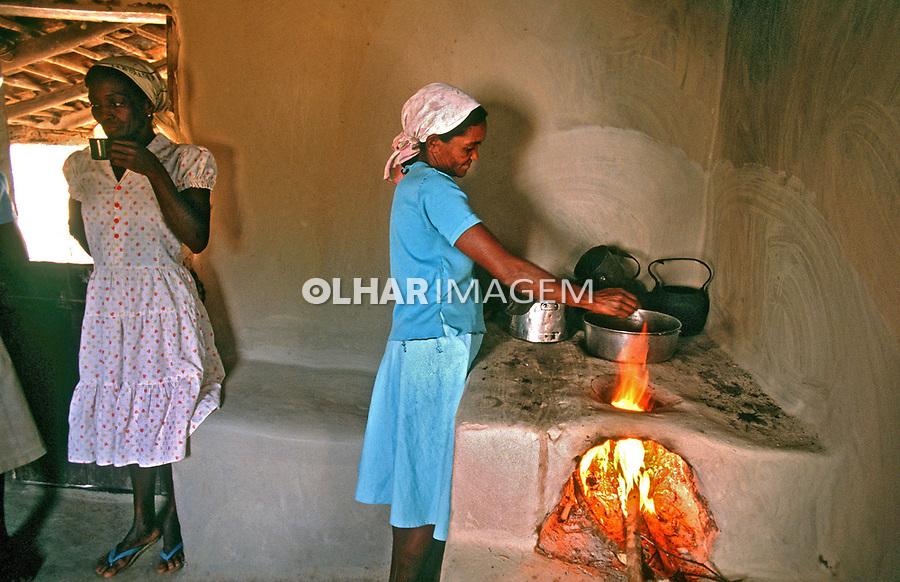 Cozinha com fogão a lenha no Vale do Jaquitinhonha. Minas Gerais. 2001. Foto de Ricardo Azoury.