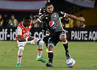 BOGOTÁ - COLOMBIA, 27-08-2017: Carlos Arboleda (Izq.) jugador de Santa Fe disputa el balón con David Macalister Silva (Der.) jugador del Millonarios durante el encuentro entre Independiente Santa Fe y Millonarios por la fecha 10 de la Liga Aguila II 2017 jugado en el estadio Nemesio Camacho El Campin de la ciudad de Bogota. / Carlos Arboleda (L) player of Santa Fe struggles for the ball with David Macalister Silva (R) player of Millonarios during match between Independiente Santa Fe and Millonarios for the date 10 of the Aguila League II 2017 played at the Nemesio Camacho El Campin Stadium in Bogota city. Photo: VizzorImage/ Gabriel Aponte / Staff