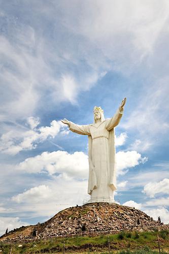 Die Christus-König-Statue im polnischen ?wiebodzin ist mit 36 Metern sechs Meter höher als die berühmte Christusstaue von Rio de Janeiro. Zusammen mit ihrem 16,5 Meter hohen Sockel, ein künstlicher Hügel, ragt die Jesusstatue 52,5 Meter in die Höhe und ist damit bereits aus weiter Ferne zu sehen. Im November 2010 wurde die Staue des Bildhauers Miros?aw Kazimierz Patecki fertiggestellt. / At 36 meters, the 'Christ the King' statue in ?wiebodzin, Poland is six meters higher than the well-known statue of 'Christ the Redeemer' in Rio de Janeiro. With its embankment - an artificial hill - measuring 16,5 meters in height, the monument stands at 52,5 meters, clearly visible from afar. The statue designed by Miros?aw Kazimierz Patecki was completed in November 2010.