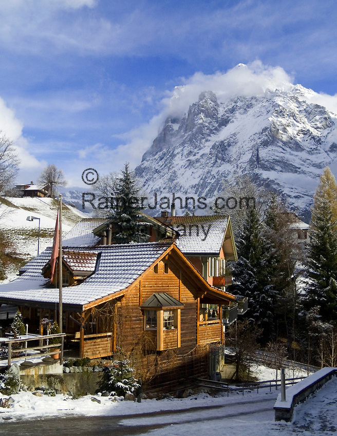 CHE, Schweiz, Kanton Bern, Berner Oberland, Grindelwald: Toms Huette - italienisches Restaurant im Ortszentrum vorm Wetterhorn 3.701 m | CHE, Switzerland, Bern Canton, Bernese Oberland, Grindelwald: italian restaurant Tom's Hut in front of Wetterhorn mountain 12.143 ft
