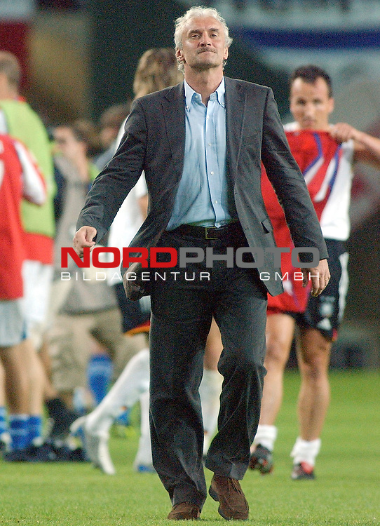 Europameisterschaft 2004 Portugal<br /> <br /> Deutschland - Tschechien<br /> <br /> Trainer Rudi Voeller (Deutschland) nach dem Ausscheiden seiner Mannschaft auf dem Weg in der Fankurve der Deutschen.<br /> <br /> <br /> <br /> Foto &copy; nordphoto
