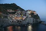Village de manarola a la nuit tombante.. Parc national des Cinque Terre. Ligurie. Italie.