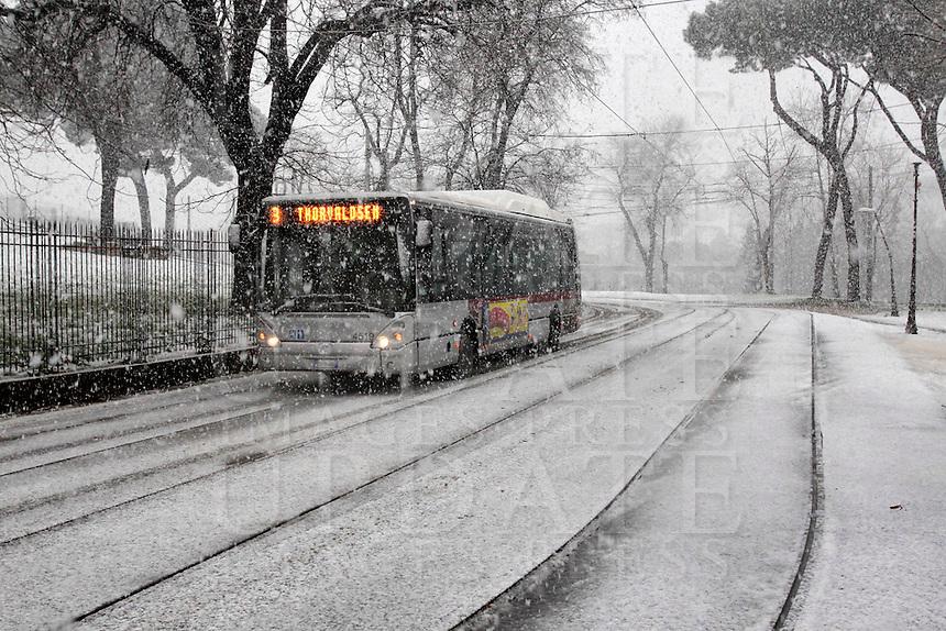 Un autobus durante una nevicata a Roma, 11 febbraio 2012..A bus drives during a snowfall in Rome, 11 february 2012..UPDATE IMAGES PRESS/Riccardo De Luca