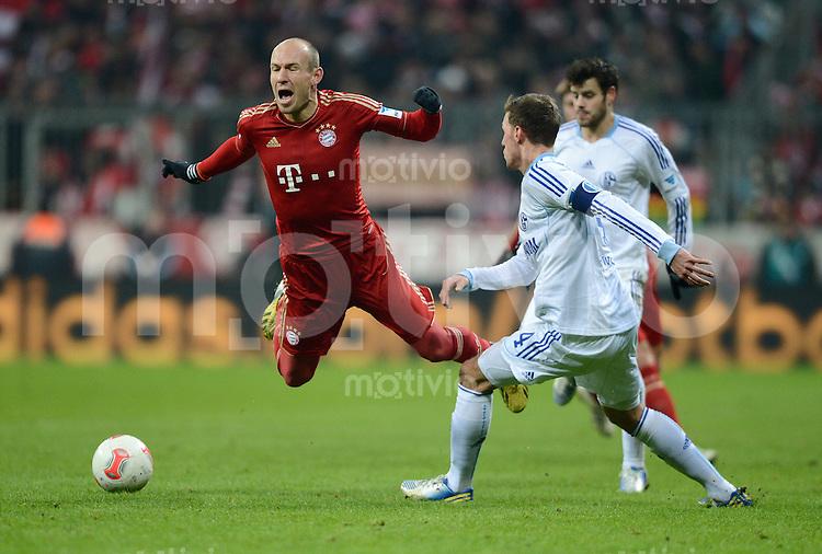 FUSSBALL   1. BUNDESLIGA  SAISON 2012/2013   21. Spieltag  FC Bayern Muenchen - FC Schalke 04                     09.02.2013 Arjen Robben (li, FC Bayern Muenchen) hebt vor Benedikt Hoewedes (re, FC Schalke 04) ab