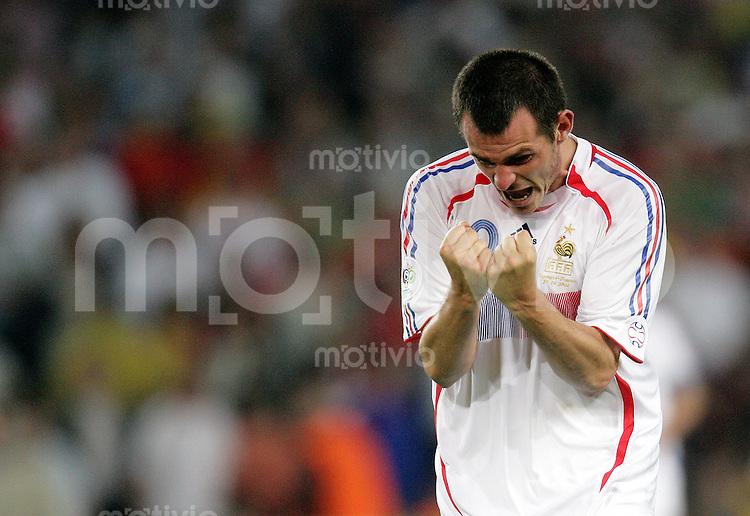 Fussball WM 2006  Achtefinale  Spiel 56 Spanien - Frankreich Spain - France  Willy SAGNOL (FRA) jubelt nach Spielende.