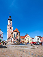 Deutschland, Bayern, Oberpfalz, Naturpark Oberer Bayerischer Wald, Cham: Marktplatzbrunnen und Cafes vorm Rathaus und der Stadtpfarrkirche St. Jakob auf dem Marktplatz | Germany, Bavaria, Upper Palatinate, Nature Park Upper Bavarian Forest, Cham: Market Square Fountain and Cafes at Market Square with Townhall and parish church St. Jacob