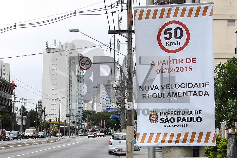 SÃO PAULO, SP, 30.11.2015 – TRÂNSITO-SP - Faixas são vistas indicando que a partir de quarta-feira 02 de dezembro será reduzida a velocidade de 60km/h para 50km/h, na Avenida Paes de Barros região leste de São Paulo nesta segunda-feira, 30. (Foto: Marcos Moraes/ Brazil Photo Press)