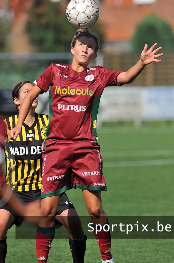 Dames Zulte - Waregem : Elodie Branquart aan de bal.foto DAVID CATRY  / Vrouwenteam.be.
