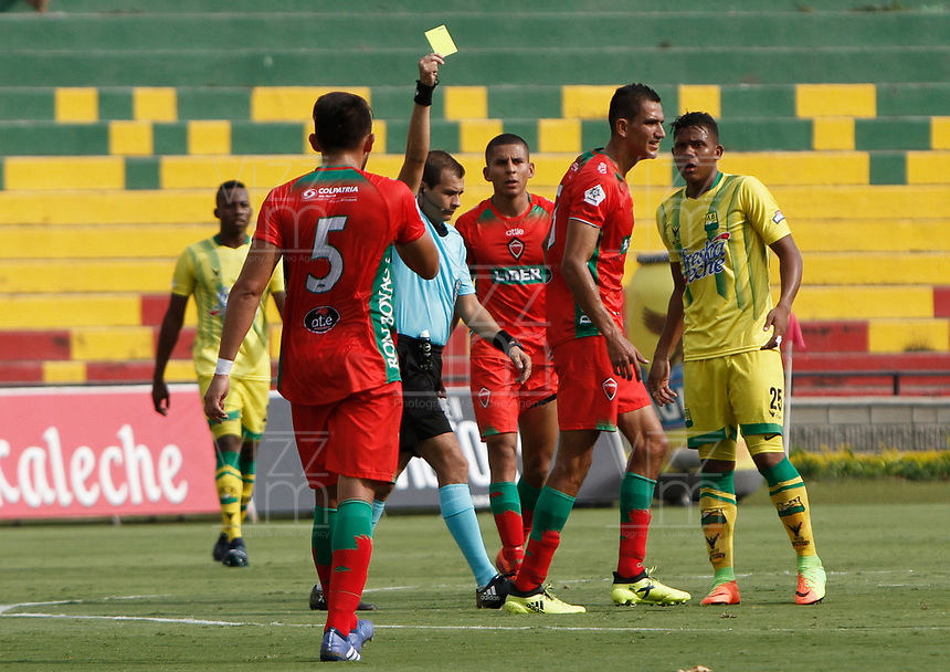 BUCARAMANGA - COLOMBIA, 02-03-2019: Luis Fernando Trujillo, árbitro, muestra la tarjeta amarilla a Norbey Salazar de Patriotas durante partido por la fecha 8 de la Liga Águila I 2019 entre Atlético Bucaramanga y Patriotas Boyaca jugado en el estadio Alfonso Lopez de la ciudad de Bucaramanga. / Luis Fernando Trujillo, referee, shows the yellow card to Norbey Salazar of Boyaca during match for the date 8 of the Liga Aguila I 2019 between Atletico Bucaramanga and Patriotas Boyaca played at the Alfonso Lopez stadium of Bucaramanga city. Photo: VizzorImage / Oscar Martinez / Cont