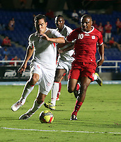 CALI -COLOMBIA-27-05-2013. Hector Hurtado (D) del América de Cali disputa el balón con Jhon Garcia (I) de Rionegro en partido de la fecha 18 del Torneo Postobón I-2013 en el estadio Pacual Guerrero./ Hector Hurtado (R) of America de Cali fights for the ball with Jhon Garcia (L) of  Rionegro on match of the 18th date of Postobon Tournament I-2013 at Pascual Guerrero stadium. Photo: VizzorImage/Juan C. Quintero/STR