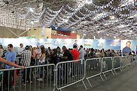 SAO PAULO, SP, 24.04.2015 - 11° FEIRAO CAIXA DA CASA PROPRIA / SAO PAULO - Fila em frente ao Anhembi para o feirão da Caixa. A Caixa Econômica Federal realiza na manhã desta sexta-feira, 24, a 11ª edição do Feirão Caixa da Casa Própria. O evento em São Paulo começa hoje e vai até o domingo, 26, no Pavilhão de Exposições do Anhembi, no bairro de Santana região norte de  São Paulo, SP. (Foto: Fernando Neves/ Brazil Photo Press).