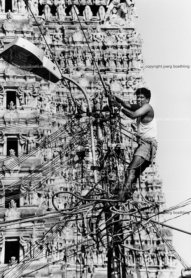 NDIA Tamil Nadu Madurai, work at grid in front of Meenakshi Temple / INDIEN Tamil Nadu Madurai, Arbeiter im Strommast vor Meenakshi Tempel - copyright Joerg Boethling, also as signed black white Baryt fine print available!