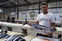 Europe/Croatie/Dalmatie/Split: Pécheur sur le    marché proposant sa pêche du jour