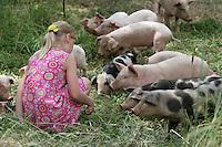 Mädchen, Kind füttert Hausschwein, Haus-Schwein, Schwein, Wild umherlaufende Schweine in Griechenland, Glückliche Schweine, hog, pig, pigs, swine