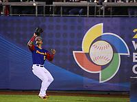 Carlos Gonzalez de Venezuela atrapa un elevado en el fondo del jardín derecho en la segunda entrada, durante el partido Mexico vs Venezuela, World Baseball Classic en estadio Charros de Jalisco en Guadalajara, Mexico. Marzo 12, 2017. (Photo: AP/Luis Gutierrez)