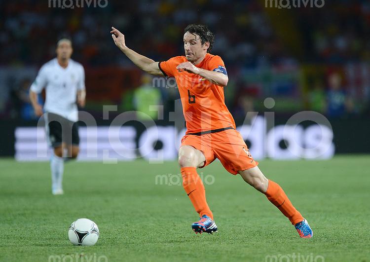 FUSSBALL  EUROPAMEISTERSCHAFT 2012   VORRUNDE Niederlande - Deutschland       13.06.2012 Mark van Bommel (Niederlande) Einzelaktion am Ball