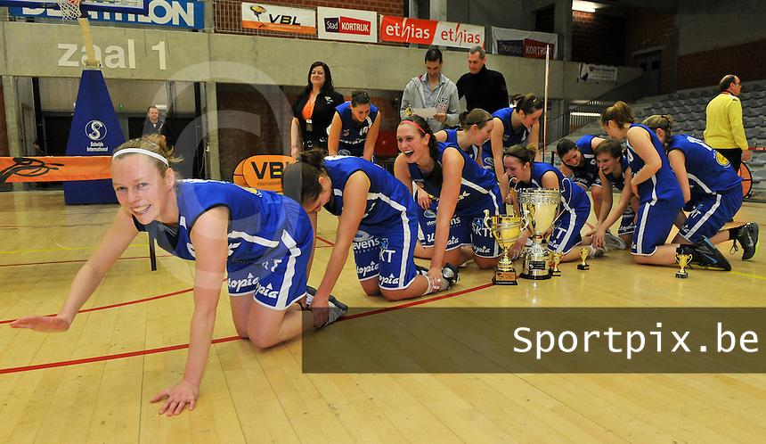 Beker Van Vlaanderen Seniores Dames ; Crack Blue Cats Ieper B - Basket Lummen A : vreugde bij de Ieperse meisjes na de winst tegen Lummen met voorop Stephanie Norman (links).foto VDB  / Bart Vandenbroucke