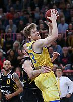 Basketball  1. Bundesliga  2017/2018  Hauptrunde  14. Spieltag  23.12.2017 Walter Tigers Tuebingen - Basketball Laewen Braunschweig Scott Eatherton (Braunschweig) am Ball gegen Phillipp Heyden (hinten, Tigers)