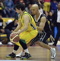 BOGOTÁ -COLOMBIA. 11-05-2013. Diego Quiroz (D) de Piratas disputa el balón con Caicedo Beltrán (I) de Bambuqueros durante partido de la fecha 14 fase II de la  Liga DirecTV de baloncesto Profesional de Colombia realizado coliseo El Salitre de Bogotá./  Diego Quiroz (R) of Piratas fights for the ball with Bambuqueros Caicedo Beltran (L) during match of the 14th date phase II of  DirecTV professional basketball League in Colombia at El Salitre coliseum in Bogota. Photo: VizzorImage / Str