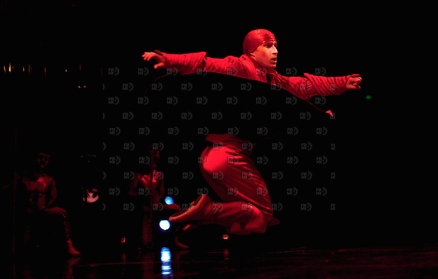 CIUDAD DE M&Eacute;XICO, septiembre 20, 2013 (Xinhua). Los artistas canadienses del Cirque du Soleil (Circo del Sol) hacen sus acrobacias en la Gran Carpa Santa F&eacute; de la   Ciudad de M&eacute;xico, el 18 de septiembre de 2013. Cirque du Soleil regresa a M&eacute;xico por s&eacute;ptima ocasi&oacute;n con uno de sus espect&aacute;culos m&aacute;s coloridos y emocionantes llamado  'Varekai'. FOTO: ALEJANDRO MEL&Eacute;NDEZ<br /> <br /> MEXICO CITY, September 20, 2013 (Xinhua). Canadian artists of Cirque du Soleil (Circus of the Sun) do his stunts in the big leagues Santa Fe Mexico City, on September 18, 2013. Cirque du Soleil returns to Mexico for the seventh time with one of its most colorful and exciting shows called 'Varekai'. PHOTO: ALEJANDRO MELENDEZ