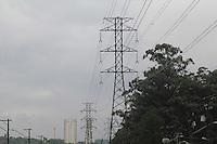 SAO PAULO, SP - 10.03.2016 - CLIMA-SP - Vista das torres de transmiss&atilde;o el&eacute;trica da AES Eletropaulo sob chuva no bairro do Socorro, zona sul da cidade de S&atilde;o Paulo nesta quinta-feira (10)<br /> (Foto: Fabricio Bomjardim/Brazil Photo Press)