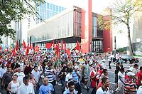 ATENCAO EDITOR: FOTO EMBARGADA PARA VEICULOS INTERNACIONAIS. SAO PAULO, SP, 10 DE DEZEMBRO DE 2012 - Manifestantes durante protesto contra violencia policial na tarde desta segunda feira, 10. O protesto que se organizou no vao livre do MASP, segue pela Avenida Paulista, interditando parcialmente a via e  pela Brigadeiro Luis Antonio ate a Assembleia Legislativa. FOTO: ALEXANDRE MOREIRA - BRAZIL PHOTO PRESS.