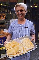 """Europe/Italie/Emilie-Romagne/Bologne : Boulangerie """"Atti"""" - Vendeuse présentant des pains paysans """"Crescentine Fritte"""""""