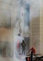 RIO DE JANEIRO, RJ, 25 DE JANEIRO DE 2012 - DESABAMENTO PREDIO RIO DE JANEIRO - Vista na manhã de hoje (26) do local onde ocorreu o desabamento de três prédios na região da Avenida Treze de Maio, no centro do Rio de Janeiro, na noite de ontem, 25. Um dos prédios que ruiu tem cerca de 20 andares, o outro, 10, e o terceiro, 4. Segundo o Corpo de Bombeiros, antes do desabamento teria havido uma explosão, mas isso não foi confirmado. Há pelo menos cinco feridos, dos quais quatro foram encaminhados ao Hospital Souza Aguiar. As equipes de busca retiraram ao menos dois corpos dos escombros. Os trabalhos continuam em dois pontos principais, indicados pelos quatro cães farejadores que ajudam nas buscas. (FOTO: MAURO PIMENTEL - NEWS FREE).