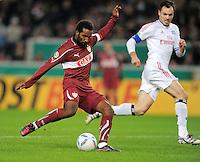 FUSSBALL   DFB POKAL   SAISON 2011/2012  ACHTELFINALE  21.12.2011 VfB Stuttgart - Hamburger SV Cacau (li, VfB Stuttgart) erzielt das Tor zum 1-0 gegen Heiko Westermann (Hamburger SV)