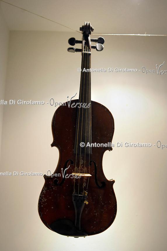 Violini nella hall dell' Hotel Astoria di Cremona.