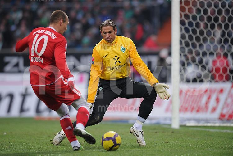 Fussball 1. Bundesliga   Saison   2009/2010  19. Spieltag  23.01.2010 SV Werder Bremen - FC Bayern Muenchen   Werder Torwart Tim Wiese (re) gegen Arjen Robben (FCB)