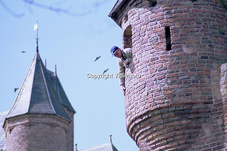 Foto: VidiPhoto..DOORNENBURG - De zware eikenhouten luiken van de wachtorens op kasteel De Doornenburg zijn donderdag teruggeplaatst. De luiken hebben enkele weken bij een restaurateur gelegen. De Doornenburg is bekend van de tv-serie Floris, gespeeld door Rutger Hauer, in de jaren zeventig. Er zijn plannen voor een nieuwe tv-serie over Floris. Het kasteel in de Over-Betuwe .is daarbij opnieuw in beeld als filmlocatie. Foto: Een werknemer van bouwbedrijf Heijneman uit Zevenaar inspecteert de buitenzijde van de toren op mankementen.