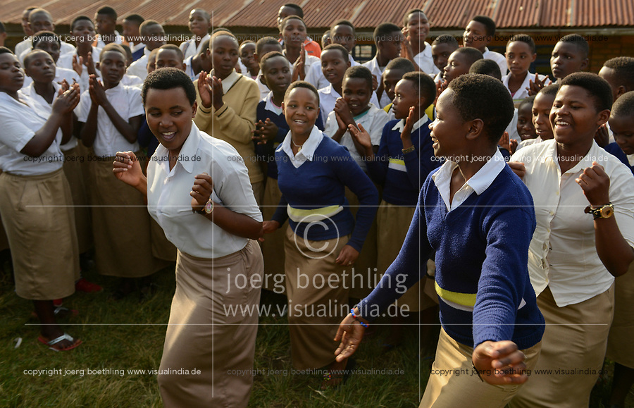 RWANDA, Ruhengeri, catholic school, youth club for unity and reconciliation between different ethnic groups Hutu and Tutsi / RUANDA, Ruhengeri, katholische Schule St. Vincent Muhoza, Jugend Club Einheit und Versoehnung zwischen Hutu und Tutsi