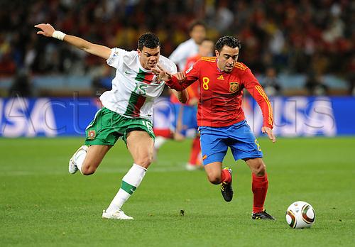 29 06 2010 FIFA World Cup, Spain v Portugal, Green Point stadium in Cape Town South Africa. June 29, 2010..PEPE (li, Portugal) gegen XAVI (re, Spanien) .