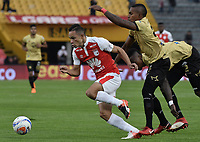 BOGOTÁ - COLOMBIA, 08-04-2018: Anderson Plata (Izq.) jugador de Santa Fe disputa el balón con Fabian Viafara (Der.) jugador del Rionegro durante el encuentro entre Independiente Santa Fe y Rionegro Águilas por la fecha 13 de la Liga Águila I 2018 jugado en el estadio Nemesio Camacho El Campin de la ciudad de Bogotá. / Anderson Plata (L) player of Santa Fe struggles for the ball with Fabian Viafara (R) player of Rionegro during match between Independiente Santa Fe and Rionegro Aguilas for the date 13 of the Aguila League I 2018 played at the Nemesio Camacho El Campin Stadium in Bogota city. Photo: VizzorImage/ Gabriel Aponte / Staff