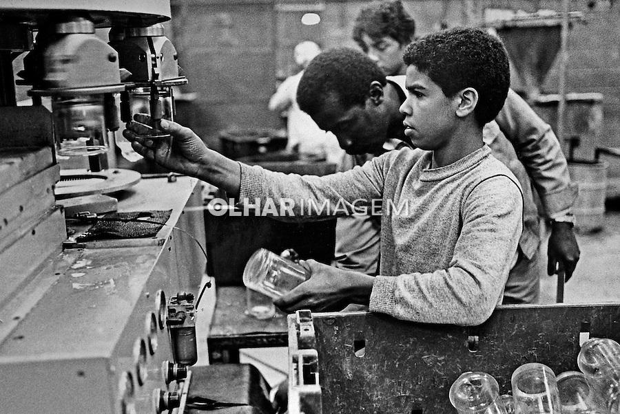 Adolescente operario trabalhando em industria de vidros. Sao Paulo. 1984. Foto de Juca Martins.
