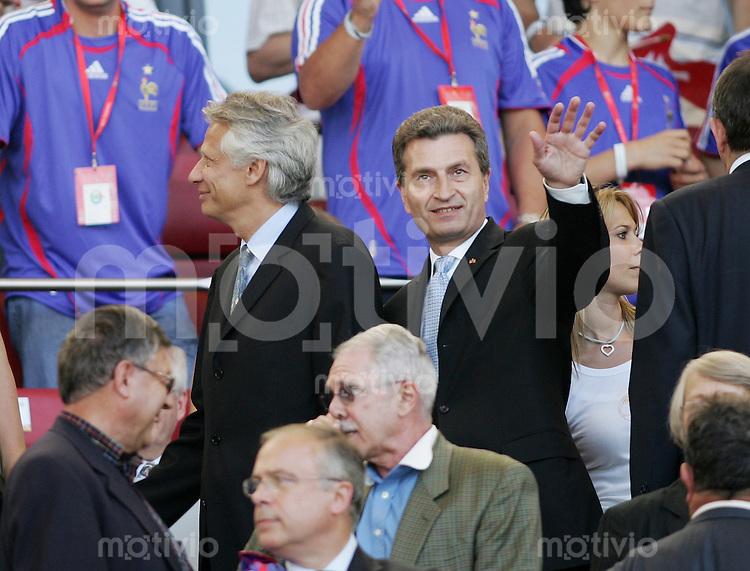 Fussball WM 2006 Frankreich- Schweiz Guether H. Oettinger - Badenwuerttembergischer Ministerpraesident (re) mit dem Franz. Premier Minister Dominique De Villepin (li) auf der Tribuene