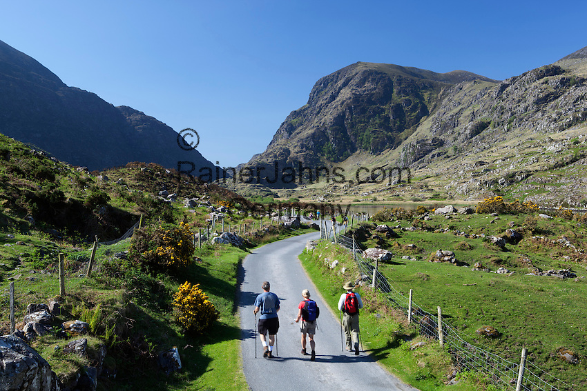 Ireland, County Kerry, near Killarney: The Gap of Dunloe with hikers | Irland, County Kerry, bei Killarney, Wanderer am Gap of Dunloe